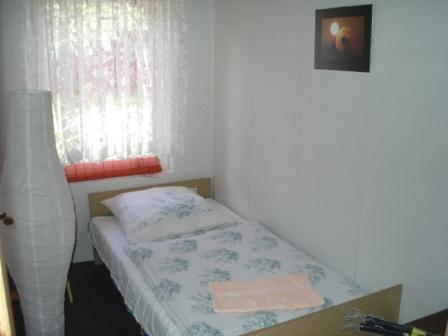 Einbettzimmer neben dem Doppelzimmer in der Zimmervermietung Ferienhof Am Kiefernwald
