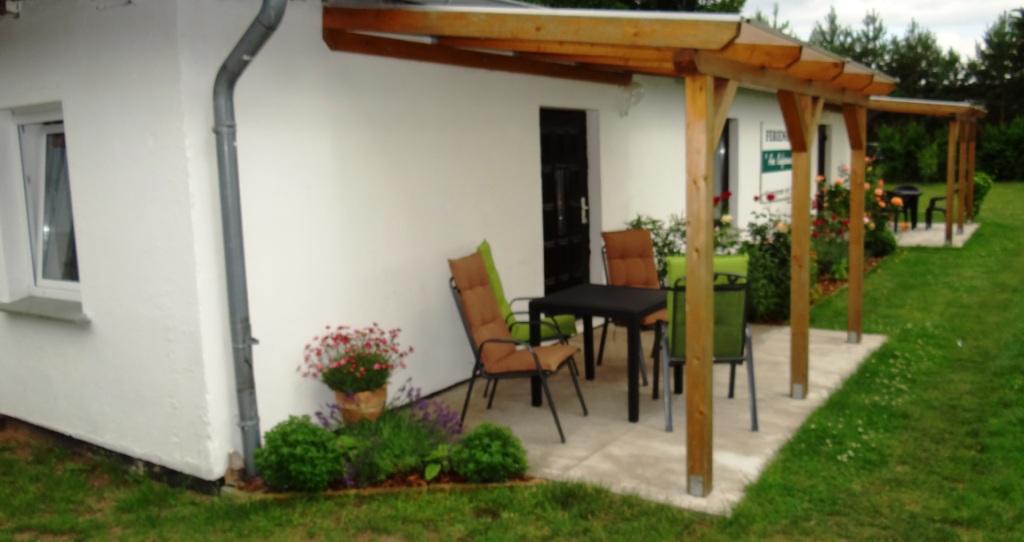 Blick auf die Zimmervermietung Ferienhof Am Kiefernwald im Ribnitz-Damgartener Ortsteil Borg. Vor dem Eingang jeder Ferienwohnung befindet sich eine überdachte Terrasse.
