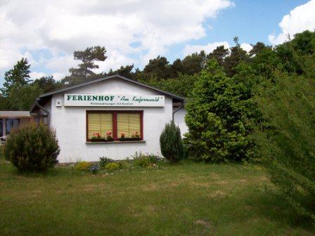 Das Ferienhof-Gaestehaus Am Kiefernwald von der Südseite im Mai 2008. Foto: Georg Neugebauer aus Itzehoe.