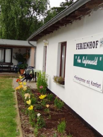 Farbenprächtige Blumenrabatten vor der Zimmervermietung Ferienhof Am Kiefernwald erfreuen die Sinne.