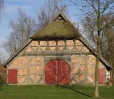 Ein altes Bauernhaus im Freilichtmuseum Klockenhagen in der Nähe von Ribnitz-Damgarten. Foto: Eckart Kreitlow