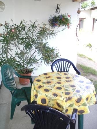 Überdachung vor dem Doppelbett- und Einbettzimmer im Ferienhof-Gästehaus